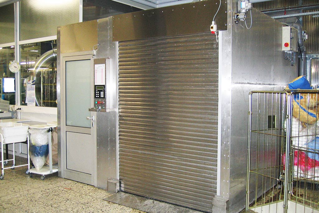 Reinigungsanlage für Wäschecontainer mit Desinfektion und angegliederte Personalschleuse